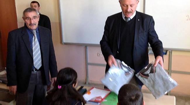 Talat Osmanoğlu'ndan, Hanaklı öğrencilere giyim yardımı