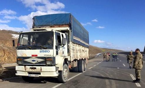 Arızalanan kamyonda 117 kaçak göçmen çıktı