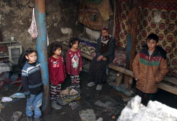 Evleri yanan aile kış ortasında sokakta kaldı