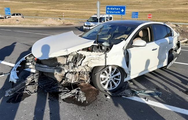 Midibüs ile otomobil çarpıştı: 5 yaralı